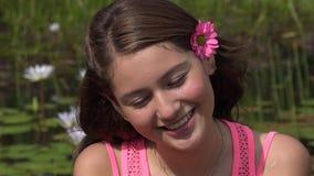 Ragazza teenager felice allo stagno stock footage
