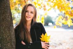 Ragazza teenager felice che cammina sul parco di autunno Felice rilassi il tempo in città Fotografie Stock Libere da Diritti