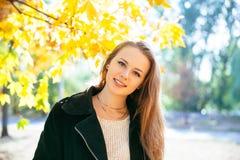 Ragazza teenager felice che cammina sul parco di autunno Felice rilassi il tempo in città Fotografie Stock