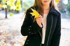 Ragazza teenager felice che cammina sul parco di autunno Felice rilassi il tempo in città Immagini Stock Libere da Diritti