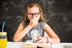 Ragazza teenager felice che legge un testo Fotografia Stock