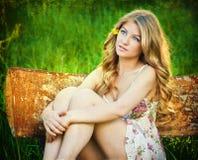 Ragazza teenager felice ed attraente nel campo di canola Fotografie Stock