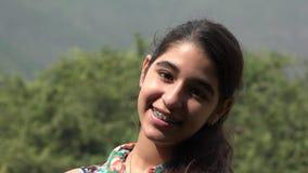 Ragazza teenager felice nella foresta dell'albero stock footage