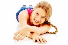 Ragazza teenager felice sul pavimento Fotografie Stock