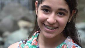 Ragazza teenager felice vicino alla cascata archivi video