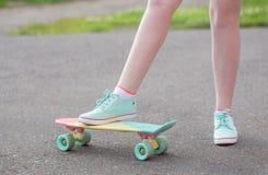 Ragazza teenager giù la via con un pattino Fotografia Stock