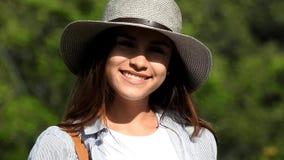 Ragazza teenager ispana sorridente stock footage