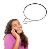 Ragazza teenager ispanica sulla bolla di pensiero dello spazio in bianco del telefono Fotografie Stock