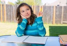 Ragazza teenager latina americana che fa compito sul cortile Fotografie Stock Libere da Diritti