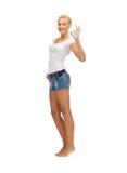 Ragazza teenager in maglietta bianca in bianco che mostra segno giusto Fotografia Stock