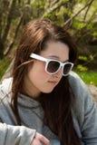 Ragazza teenager in occhiali da sole immagine stock