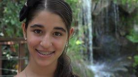 Ragazza teenager Smiliing in natura stock footage