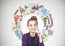 Ragazza teenager sorridente che pensa, strategia aziendale Fotografie Stock