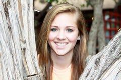 Ragazza teenager sorridente del primo piano fotografia stock