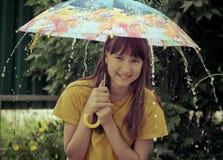 Ragazza teenager sotto il grande ombrello Immagini Stock Libere da Diritti