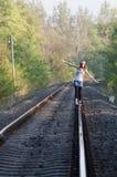 Ragazza teenager sulla ferrovia Immagini Stock Libere da Diritti