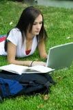 Ragazza teenager sveglia che indica sullo studio dell'erba fotografie stock libere da diritti