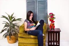 Ragazza teenager sveglia che legge un libro immagine stock libera da diritti