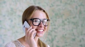 Ragazza teenager sveglia con lo smartphone stock footage