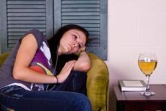 Ragazza teenager sveglia su una presidenza fotografie stock