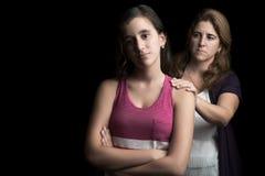 Ragazza teenager triste con il suo aiuto d'offerta della madre Immagini Stock Libere da Diritti