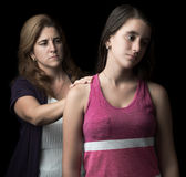 Ragazza teenager triste con il suo aiuto d'offerta della madre Immagini Stock