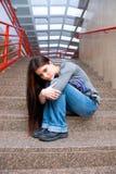 Ragazza teenager triste sulle scale del banco Fotografia Stock Libera da Diritti