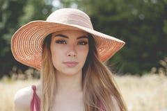 Ragazza teenager in un campo fotografia stock