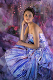 ragazza teenager in un vestito da sera colorato luminoso Fotografie Stock Libere da Diritti