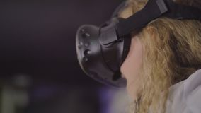 Ragazza teenager in vetri virtuali su un fondo di fondo porpora video d archivio
