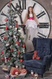 Ragazza teenager vicino all'albero di Natale Fotografie Stock