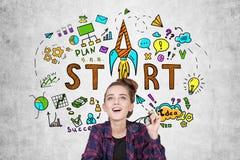 Ragazza teenager vicino allo schizzo startup Immagine Stock
