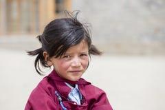 Ragazza tibetana del ritratto in una lezione sullo sport in Druk Lotus School bianca, Leh, India Immagine Stock Libera da Diritti
