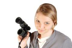 Ragazza tipica dell'adolescente con il binocolo fotografia stock
