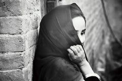 ragazza tribale che ritiene timida mentre essendo fotografando Immagine Stock
