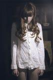 Ragazza triste in camicia bianca Fotografia Stock