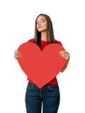 Ragazza triste in camicia rossa con grande cuore rosso Immagini Stock