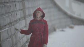 Ragazza triste che cammina sulla passeggiata del fiume nell'inverno video d archivio