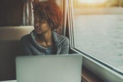 Ragazza triste con il computer portatile nella cabina della nave Fotografie Stock Libere da Diritti