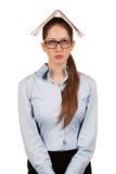 Ragazza triste con un libro sulla sua testa Fotografia Stock