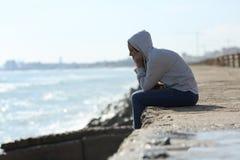 Ragazza triste dell'adolescente da solo sulla spiaggia Immagini Stock Libere da Diritti