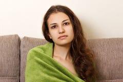 Ragazza triste di Preaty che si siede da solo Ritratto sollecitato della femmina di dolore di emicrania della donna a casa Fotografie Stock