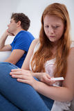 Ragazza triste dopo avere fatto del test di gravidanza Fotografia Stock Libera da Diritti