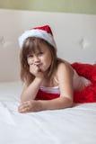Ragazza triste nel letto del pigiama del nuovo anno, nuovo anno Fotografie Stock