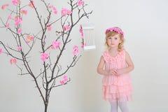 Ragazza triste in un vestito rosa contro un albero Fotografia Stock Libera da Diritti