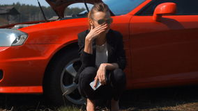 Ragazza triste vicino all'automobile tagliata rossa stock footage