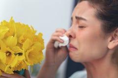 Ragazza turbata che grida sopra un mazzo di bei fiori immagini stock libere da diritti