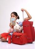 Ragazza turistica che legge un libro del viaggiatore fotografia stock