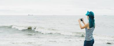 Ragazza turistica che prende le fotografie del mare Fotografia Stock Libera da Diritti