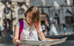 Ragazza turistica con la mappa Fotografia Stock